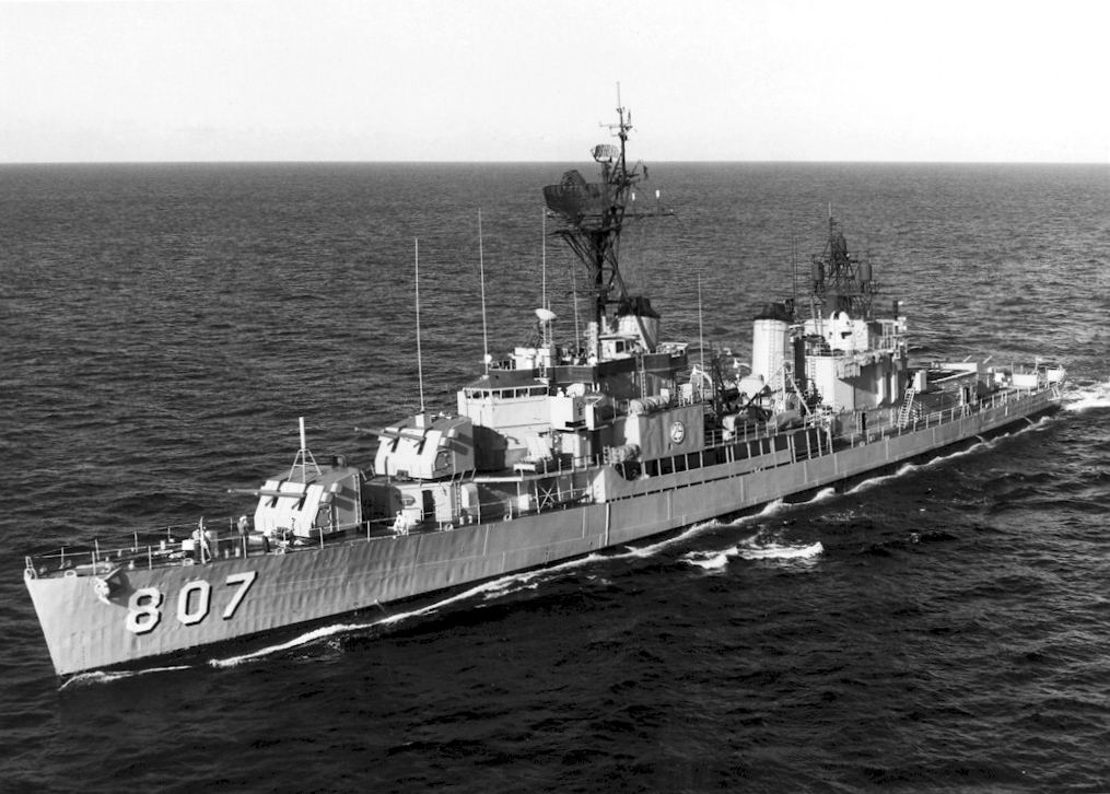 USS Benner (DD-807) off Hawaii, in 1968